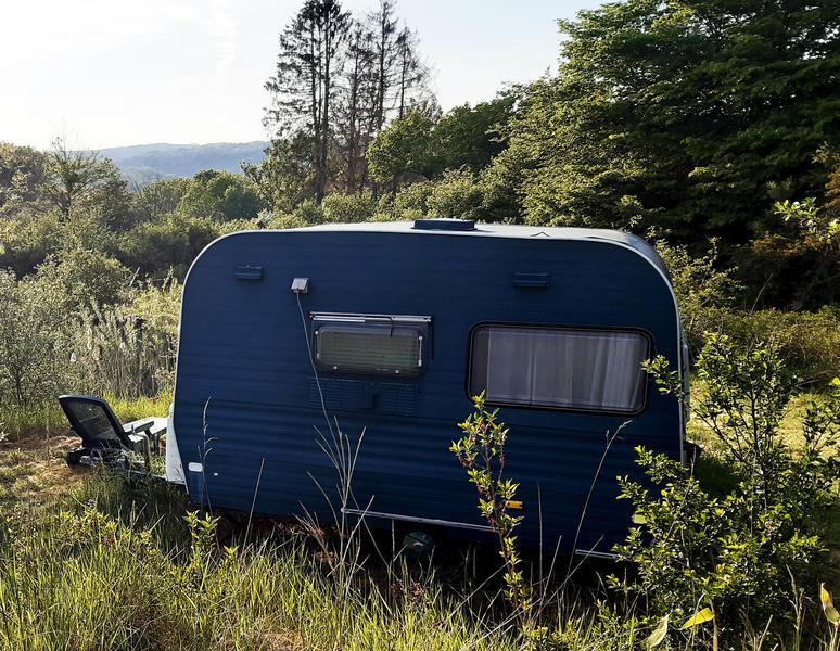 ruhige Retro-Karawane neben einem Teich #1
