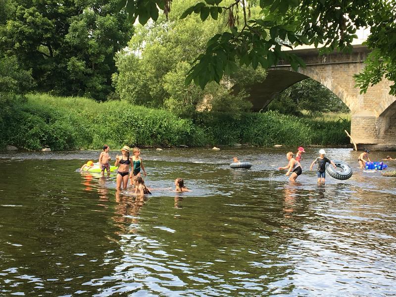Ein kleiner Campingplatz am Fluss Ourthe in der Nähe von Durbuy in Belgien. #1