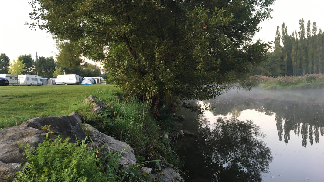 Ein kleiner Campingplatz am Fluss Ourthe in der Nähe von Durbuy in Belgien. #4
