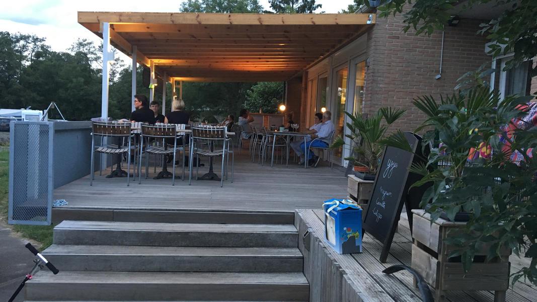 Ein kleiner Campingplatz am Fluss Ourthe in der Nähe von Durbuy in Belgien. #5