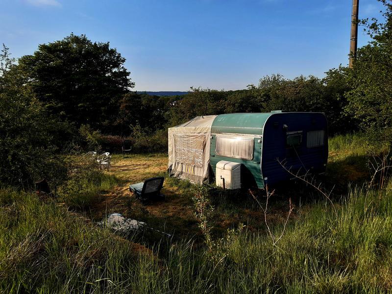 ruhige Retro-Karawane neben einem Teich #3