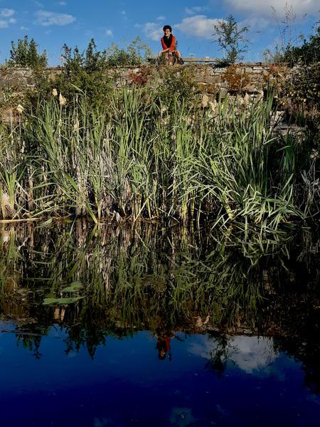 ruhige Retro-Karawane neben einem Teich #9
