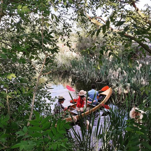 ruhige Retro-Karawane neben einem Teich #5