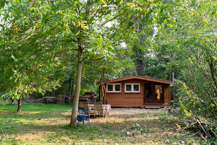 Log cabin with large private camping meadow, in a quiet area on the river Waal. #1