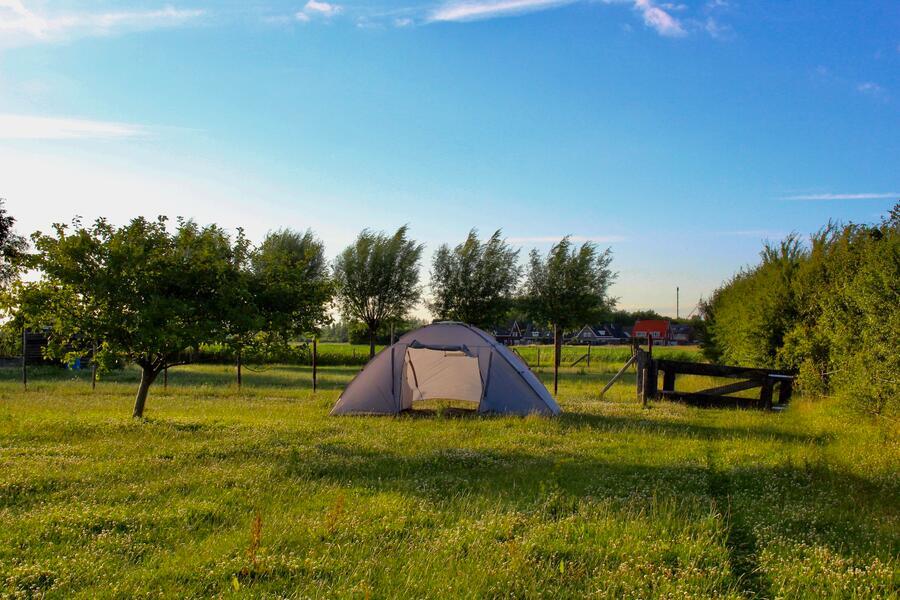 Natuurlijk kamperen bij boerderij vlakbij de zee.