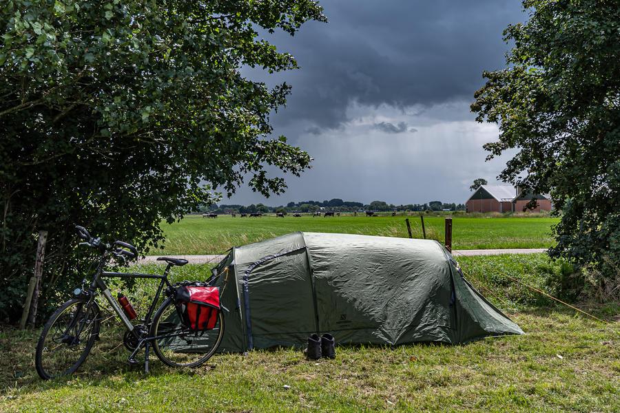 Primitief kamperen tussen de koeien met gratis kano's! #1